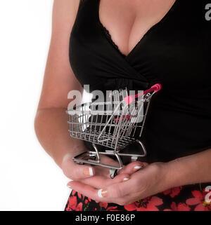 Frau mit kleinen Supermarkt Einkaufswagen - Stockfoto