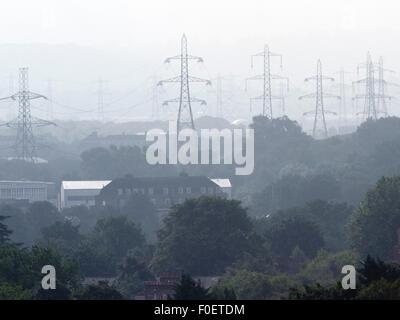 Wimbledon London, UK. 14. August 2015. Strommasten steigen in dunstigen Landschaft über Südwesten von London. Sonnig - Stockfoto