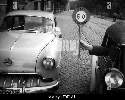 """Verkehr/Transport, Verkehr, Polizei, während Datenverkehr überprüfen, Signalisierung disc"""" Halt! Polizei! 50"""" (Stopp - Stockfoto"""