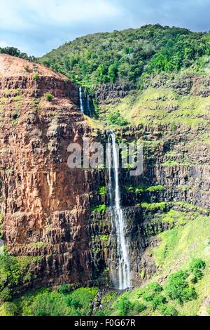 Ein Wasserfall im Inneren des Waimea Canyon, fotografiert aus einem Hubschrauber Kauai Hawaii. - Stockfoto