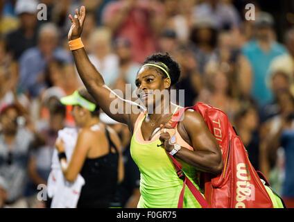 Toronto, Kanada. 15. August 2015. Serena Williams aus den USA Wellen-Fans nach ihrem Halbfinalspiel Dameneinzel gegen Belinda Bencic der Switerland am 2015 Rogers Cup in Toronto, Kanada, 15. August 2015. Serena Williams verlor 1: 2. © Zou Zheng/Xinhua/Alamy Live-Nachrichten