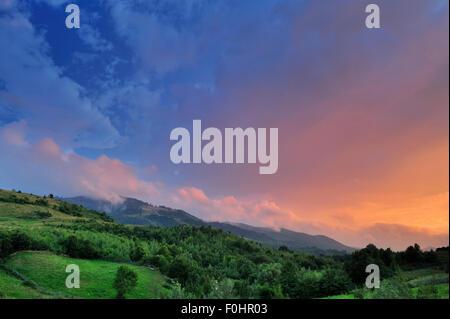 Sonnenuntergang und Wolken über Fagaras-Gebirge, Karpaten, Rumänien, Juli 2011. Natura 2000-Gebiet - Stockfoto