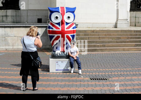 Birmingham, Vereinigtes Königreich. 16. August 2015. Die großen Hoot geschnitzte Eule beweist einen beliebten Weg, - Stockfoto