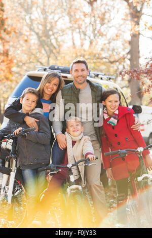 Porträt, Lächeln Familie mit Mountain-Bikes im freien - Stockfoto