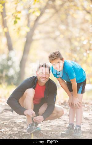Porträt-Vater und Sohn, die Vorbereitung auf die Wanderung im Wald - Stockfoto