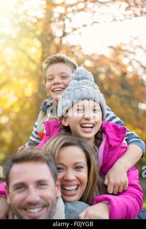 Porträt begeisterte Familie umarmt im freien - Stockfoto