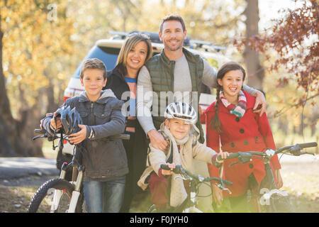 Porträt, Lächeln Familie mit Fahrrädern im freien - Stockfoto