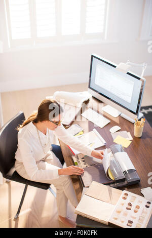 Innenarchitekt Prüfung Teppich Farbfelder am Schreibtisch - Stockfoto