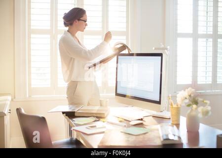 Innenarchitekt Blick auf Farbfelder in sonnigen Heimbüro - Stockfoto