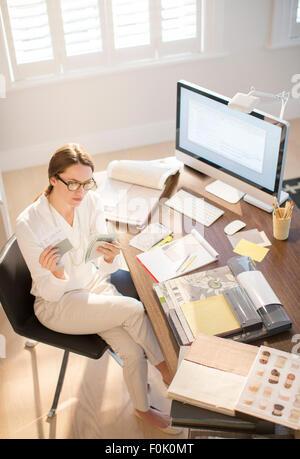 Innenarchitekt Prüfung Farbfelder am Schreibtisch im home-office - Stockfoto