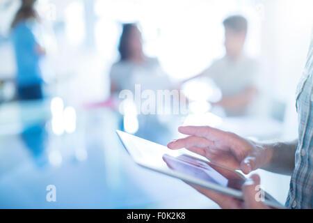 Nahaufnahme der Geschäftsmann mit digital-Tablette - Stockfoto