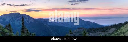 Ein Sonnenuntergang Panorama Blick Norden von Hurricane Ridge über Hurricane Hill, Einhorn Peak und Mount. Angeles - Stockfoto