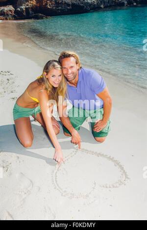 Liebespaar am Strand Zeichnung Herz im sand - Stockfoto