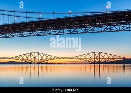 Sonnenaufgang über den Forth Bridges von Port Edgar Marina, South Queensferry, Scotland UK an einem ruhigen Morgen - Stockfoto