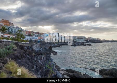 Bewölktem Wetter im Küstenort Puerto de Santiago, Teneriffa, Kanarische Inseln, Spanien - Stockfoto