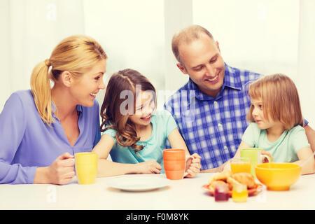 glückliche Familie mit zwei Kindern mit dem Frühstück - Stockfoto