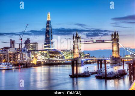 Die Tower Bridge, den Shard ad der Stadtteil Southwark/Bermondsey in London an einem sommerlichen Abend - Stockfoto