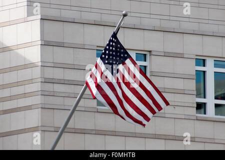 Juni 2011 - BERLIN: die US amerikanische Flagge vor der amerikanischen Botschaft am Pariser Platz in Berlin-Mitte. - Stockfoto
