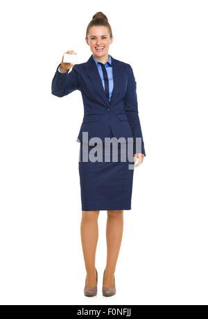 Eine glückliche Business-Frau in einem blauen Kostüm lächelt als She hält Sie ihre Visitenkarte. - Stockfoto