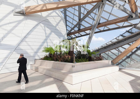 Fondation Louis Vuitton, Bois De Boulogne, Paris, Frankreich. Blick von der oberen Terrasse. - Stockfoto