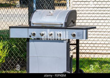 Ein Char Broil Marke Gas Grill in einem California garden - Stockfoto