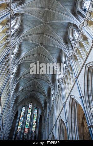 Gewölbten Dach und Decke in der Southwark Cathedral mit Spalten Bögen und Glasfenster an dieses historische Gebäude - Stockfoto