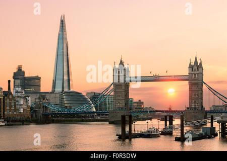 London, Tower Bridge und Shard London Bridge bei Sonnenuntergang - Stockfoto