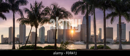 Florida, Miami Skyline bei Sonnenuntergang - Stockfoto