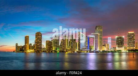 Florida, Miami Skyline in der Abenddämmerung - Stockfoto