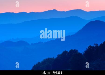Blick auf die Fogarascher Berge Silhouette bei Sonnenuntergang, südlichen Karpaten, Rumänien, Juli 2011. Natura - Stockfoto