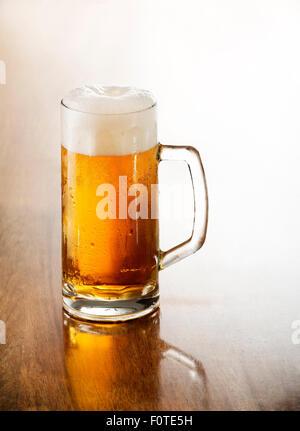 Glas Bier vom Fass auf einem Holztisch. - Stockfoto