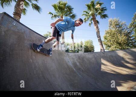 Junger Mann Skateboard Park, Eastvale, Kalifornien, USA - Stockfoto