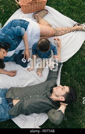 Erhöhte Ansicht der Familie Picknick-Decke auflegen - Stockfoto