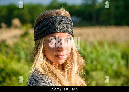Porträt der hübsche junge Frau mit grünen Augen tragen Kopftuch - Stockfoto
