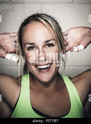 Porträt des Lächelns Mitte Erwachsene Frau vor dem Training - Stockfoto