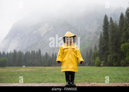 Gelben regenmantel stockfoto bild: 282019124 alamy