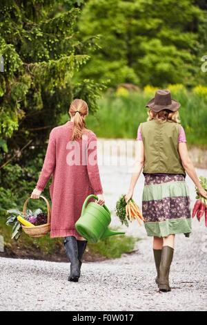 Rückansicht der beiden Frauen, die Gemüse - Stockfoto