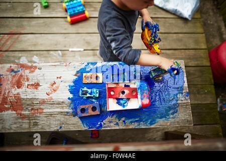 Jungen spielen mit Spielzeug-LKW und Aquarell - Stockfoto