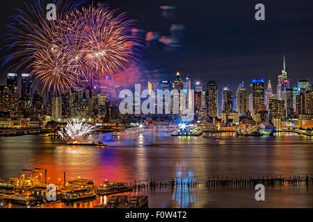 Manhattan NYC Sommer Feuerwerk - Feuerwerk Sommer Anzeige Feier auf den Hudson River von Manhattan mit beleuchteten - Stockfoto