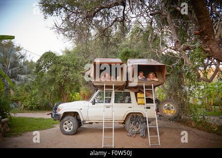 Familie in Schlafzelte oben auf Geländewagen, Ruacana, Owamboland, Namibia - Stockfoto