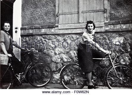 junge Frau auf einer Männer-Fahrrad-Vorführung von ihren Fahrstil Hose Frankreich der 1950er Jahre - Stockfoto