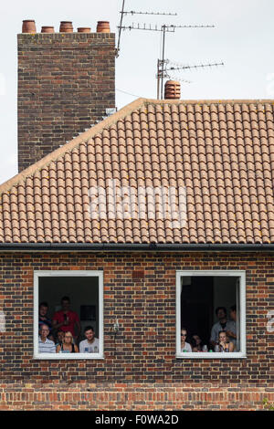 London, UK. 21. August 2015. Investec Asche 5. Test England gegen Australien. Zuschauer blicken auf aus einem Haus - Stockfoto