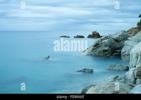 Schöne felsige Küste. Langzeitbelichtung Landschaft. Costa Brava Spanien - Stockfoto