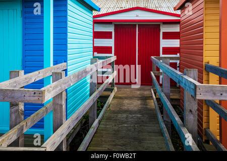 Bunte hölzerne Strandhütten in Kentish Seebad Whitstable. - Stockfoto