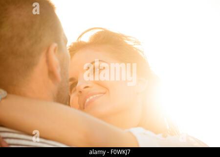 Glückliches Paar, tolle Zeit zusammen - bei Sonnenuntergang gegen die Sonne fotografiert - Stockfoto