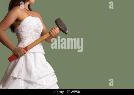Zuversichtlich Braut mit einem Vorschlaghammer in die Hand - Stockfoto