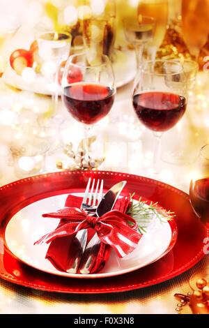 weihnachten tisch romantisch mit kerzen und weihnachtsschmuck brennt ein feuer im kamin und. Black Bedroom Furniture Sets. Home Design Ideas