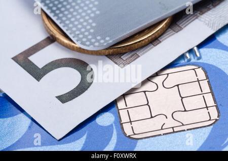 Kreditkarte, Banknoten und Münzen hautnah - Stockfoto