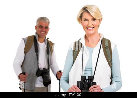 schöne senior weibliche Touristen stehen vor Ehemann auf weißem Hintergrund - Stockfoto