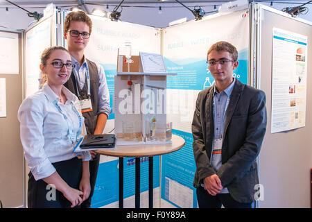 Stockholm, Schweden. 23. August 2015. Delegierte aus Frankreich zeigen ihre Wasser-Idee für den Junior Water Prize - Stockfoto